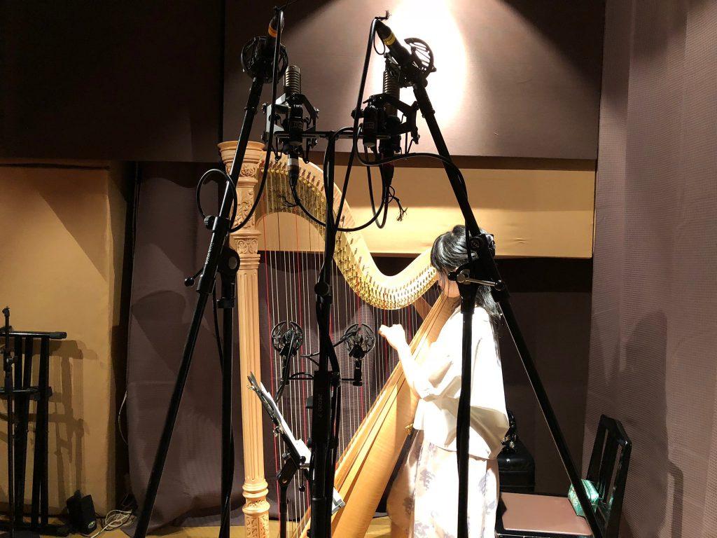 ハーピストやまばたまいさんのCDレコーディング。B&K4006とROYER R121